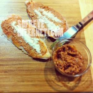 پستوی گوجه فرنگی روی سینه مرغ برای رولت مرغ